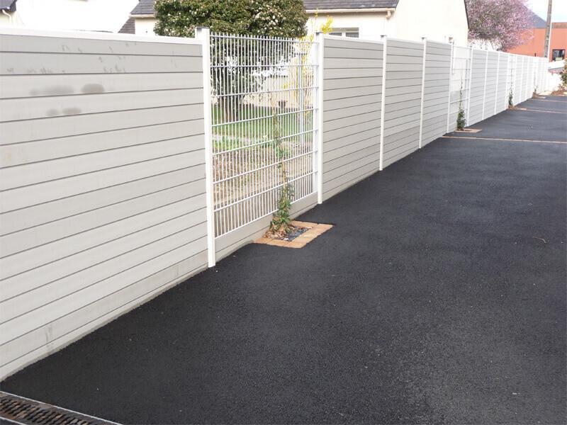 Claustra en lamelles pvc gris et grillage blanc, séparateur de terrain, clôture et portail - Morisseau Paysagistes Nantes