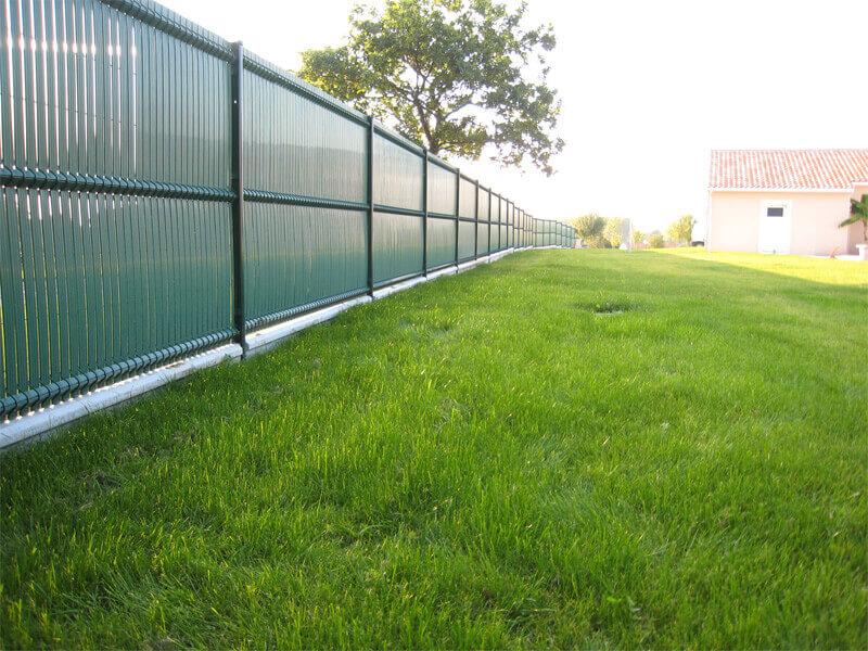 Claustra en lamelles verticales pvc vert, séparateur de terrain, clôture et portail - Morisseau Paysagistes Nantes