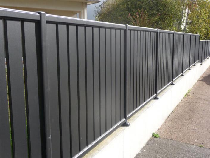 Claustra en lamelles verticales pvc noir, brise vue, clôture et portail - Morisseau Paysagistes Nantes