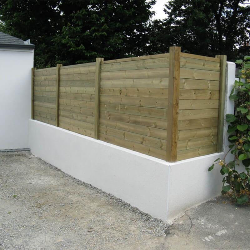 Claustra lamelles horizontales bois surélevée sur un muret de parpaing, clôture et portail - Morisseau Paysagistes Nantes
