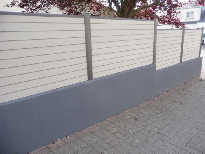 Claustra lamelles horizontales pvc surélevée sur un muret de parpaing, clôture et portail - Morisseau Paysagistes Nantes