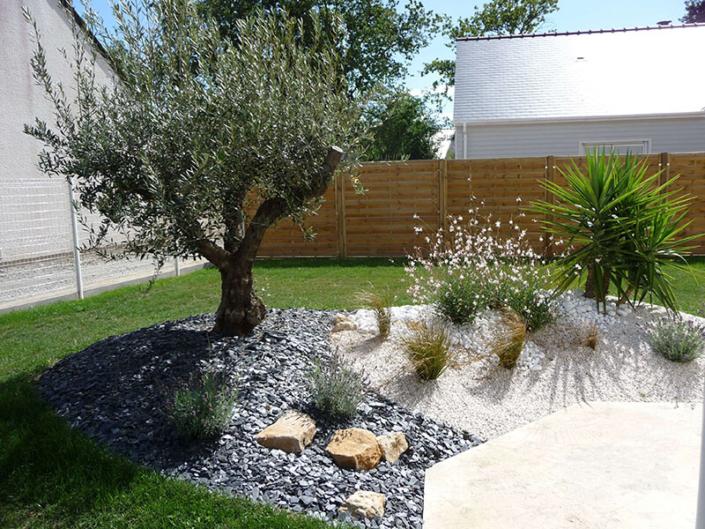 Aménagement de jardin, olivier, gravier, ardoise, plantes, création de jardin pour les particuliers - Votre paysagiste professionnel nantais Morisseau Paysagistes (44)