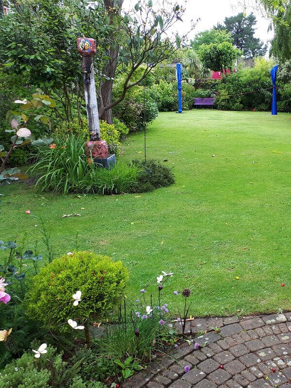 Entretien des plantes, taille d'arbustes, tonte pelouse, entretien de jardin pour les particuliers - Votre paysagiste professionnel nantais Morisseau Paysagistes (44)