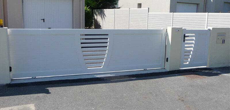 Portail coulissant mi-hauteur pvc blanc avec portillon, clôture et portail - Morisseau Paysagistes Nantes