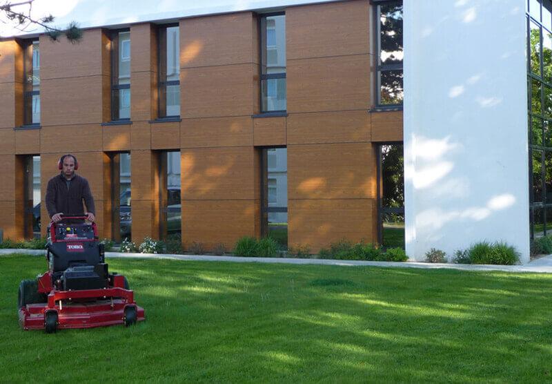 Entretien des espaces verts, taille d'arbustes, tonte pelouse, entretien de jardin pour les professionnels - Morisseau Paysagistes Nantes